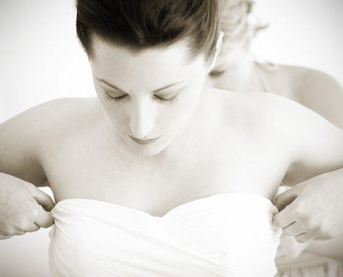 bride prepares for wedding in liguria