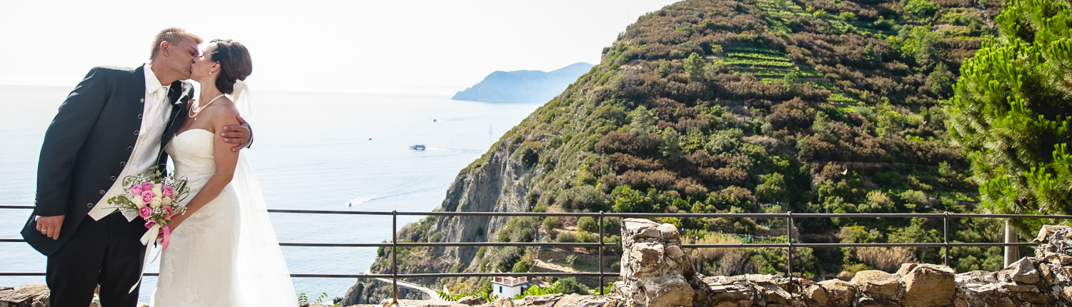 bridal couple kissing in the Cinque Terre