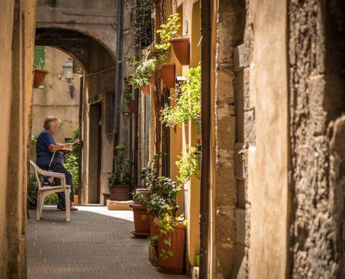 Italy, Tuscany, street scene in Pitigliano